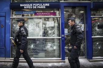 Fransa'da yeni çalışma yasa tasarısını protesto amacıyla demiryolu sektörü, nükleer santraller ile Paris ve civarındaki toplu taşıma araçlarındaki çalışanlar grev yaptı. Grevlere destek amaçlı protesto gösterilerinde başkent Paris'te bazı işyerleri zarar gördü.