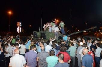 Fetullahçı Terör Örgütü`nün (FETÖ) 15 Temmuz darbe girişimi sırasında Atatürk Havalimanı'nda darbeci askerleri vatandaşlar tankların üzerine çıkarak engelledi.  Fotoğraf: İsmail Coşkun