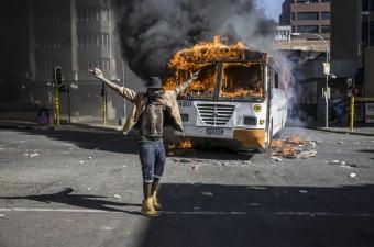 Güney Afrika'nın Johannesburg kentindeki üniversite öğrencileri, Güney Afrika Yüksek Öğrenim Bakanı Blade Nzimande'nin yeni zam planını açıklamasının ardından protesto gösterisi yaptı. Johannesburg kent merkezindeki caddelerde gösteri düzenleyen öğrencilerle güvenlik güçleri arasında çatışma yaşandı. Çıkan olaylarda bölgedeki bir otobüs yandı.