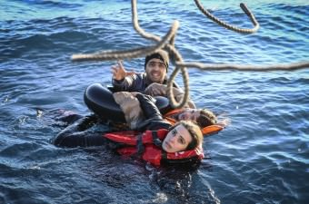 Sahil Güvenlik Komutanlığı personeli, Aydın'ın Didim ilçesi açıklarında balıkçı teknesinin batması sonucu denize düşen sığınmacı grubuna müdahale ederek 43 kişiyi kurtardı.