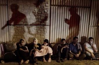 Fetullahçı Terör Örgütü`nün (FETÖ) 15 Temmuz darbe girişiminin başarısız olacağını anlayan askerler olay yerini terk ederken, Atatürk Havalimanı'nda bekleyen yolcuların üzerine gölgeleri yansıdı.  Fotoğraf: İsmail Coşkun