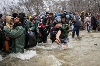 Yunanistan ile Makedonya sınırındaki İdomeni kasabasında uzun süredir bekleyen sığınmacılar, Makedonya'ya geçebilmek için iki ülke arasındaki nehrin içinden geçerek sınırı aşmaya çalıştı.