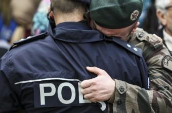 Diyarbakır'ın merkez Bağlar ilçesinde yolu trafiğe kapatıp bazı araçları ateşe veren teröristlere güvenlik güçlerinin müdahalesi sonucu çıkan çatışmada şehit düşen özel harekat polisi Ebubekir Durmuş'un cenazesi, memleketi Adana'da toprağa verildi. Törene katılan güvenlik güçleri, birbirlerine sarılarak üzüntü yaşadı.