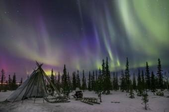 Rusya'nın Yamalo-Nenets Özerk Okrugu bölgesinde kuzey ışıklarının görüldüğü esnada yeşil ve mor renklere bürünen gökyüzü güzel görüntüler oluşturdu.