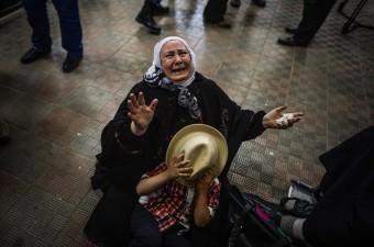 Mısır yönetimi, İsrail ablukası nedeniyle Gazze Şeridi'nin dış dünyaya açılan tek kapısı durumundaki Refah Sınır Kapısı'nı 2 günlüğüne çift yönlü olarak geçişlere açtı. Hasta, öğrenci, oturumu olanlar ve yabancı pasaport sahipleri, sınır kapısından geçiş yapabilmek için bekledi. Bekleme esnasında geçiş yapamayacağından kaygı duyan bazı kişiler, gözyaşlarını tutamadı.
