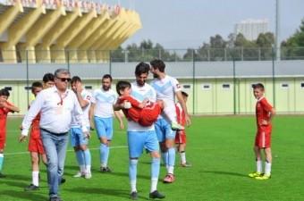 İzmir Amatör kulüplerinden Poyracık Bilir Altay Spor Kulubü'nün başkanı, futbolcularına kızıp hepsini kadro dışı bıraktı ve küme düşmemek için sahaya 13 yaş altı takımıyla çıktı.