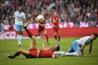 Almanya Birinci Futbol Ligi (Bundesliga) maçında Bayern Munich ile Schalke 04, Münih'deki Allianz Arena'da karşılaştı. Bir pozisyonda Bayern Munich takımından Robert Lewandowski (solda) rakibiyle mücadele etti.