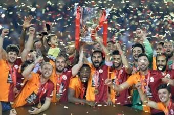 Ziraat Türkiye Kupası Finalinde Galatasaray-Fenerbahçe karşı karşıya geldi. Galatasaray'ın Avrupaya'ya gidemediği sezonda ezeli rakibi Fenerbahçe'den kupayı alarak teselli buldu.  Fotoğraf: Mehmet Şirin Topaloğlu