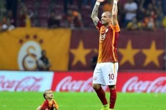 Galatasaray`ın yıldız futbolcusu Wesley Sneıjder, galibiyet sonrası sevinirken oğlu Xess Xava da onu izliyor. Bu fotoğraf karesi, `sarı kırmızı kareler` fotoğraf yarışmasında İHA foto muhabiri Mehmet Şirin Topaloğlu`na birincilik ödülünü kazandırdı.