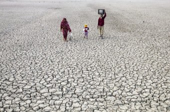 Bangladeş'in Satkhira bölgesinde yükselen suların buharlaşmasıyla toprak üzerinde kalan tuz, kuraklığa neden oldu.