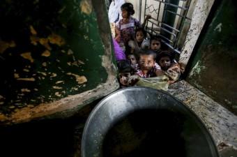Pakistan'ın başkenti İslamabad'da Pakistanlı çocuklar Bari İmam türbesinde dağıtılan yemeklerle iftarlarını açtı.