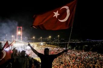 Fetullahçı Terör Örgütü'nün (FETÖ) darbe girişimine karşı Kısıklı'daki Millet Parkı'nda toplanan vatandaşlar ve STK'lar, ellerindeki meşalelerle 15 Temmuz Şehitler Köprüsü'ne geldi.
