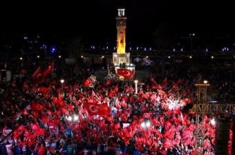 İzmir'de Konak Meydanı'nda toplanan vatandaşlar, Fetullahçı Terör Örgütü`nün (FETÖ) 15 Temmuz darbe girişimini protesto ederek günlerce ''demokrasi nöbeti''ne devam etti.  Fotoğraf: Ali Gözeten