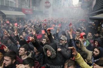 Spor Toto Süper Lig'de deplasmanda Galatasaray'a 2-1 yenilen Trabzonspor'un taraftarı, karşılaşmanın hakemi Deniz Ateş Bitnel'in yönetimine tepki gösterdi. Bir grup taraftar, Atatürk Alanı'nda toplanarak bordo-mavili takımda 4 oyuncunun kırmızı kart görmesini protesto etti.