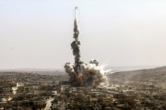Suriye'de Rus ordusuna ait bir savaş uçağı, Halep'in batısındaki Daret İzza ilçesinde yerleşim yerini bombaladı.