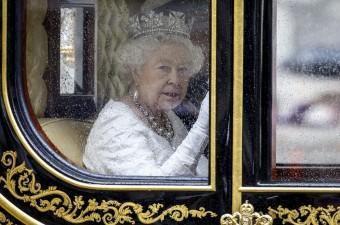 İngiltere Kraliçesi 2. Elizabeth, İngiliz parlamentosunun yeni yasama yılının açılışına katılmak üzere Buckingham Sarayı'ndan atlı arabanın içinde ve Kraliyet atlıları eşliğinde eşi Edinburgh Dükü Philip ile birlikte, Westminster'daki tarihi parlamento binasına gitti.
