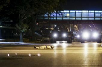 Ankara'da Fethullahçı Terör Örgütü'nün (FETÖ) darbe girişimine tepki gösteren vatandaşlar, meydanlardan geçmekte olan tankların önüne yattı.