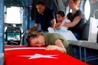 Diyarbakır'ın Bismil ilçesinde iftara yetişmek için evine giderken şehit edilen Uzman Çavuş Erdem Ünal'ın eşi ve kızının şehidin tabutunu okşayarak gözyaşı dökmesi yürekleri dağladı.