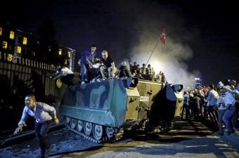 Ankara'da vatandaşlar, Fethullahçı Terör Örgütü'nün (FETÖ) darbe girişimine karşı Genelkurmay Başkanlığı önünde tankın üstüne çıkarak tepki gösterdi.