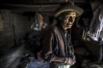 Peru'nn Lima kentine 4 saat uzaklıkta bulunan 300 nufuslu Peran köyünde yaşayan 60 kişi kalıtsal körlük ile mücadele ediyor. Hastalığı taşıyan 7 ailenin kurduğu ve nüfusunun yüzde 75'inin görme kaybı yaşadığı Peran köyü, And Dağları'nın 300 metre yüksekliğinde bulunuyor. 'Tünel görüşü' olarak bilinen 'Retinitis pigmentosa' hastalığı tedavi edilemiyor.