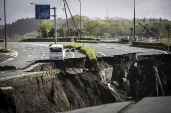 Japonya'nın güneybatısında meydana gelen 6,5 ve 7,3 büyüklüğündeki depremlerde 41 kişi öldü. Kumamoto Bölgesi'ndeki Minami Aso kenti de depremden yoğun şekilde etkilenirken, yollarda derin yarıklar oluştu.