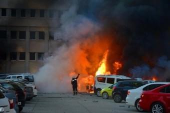 Adana Valiliği'ndeki otoparkta bomba yüklü araç patladı. Meydana gelen patlaması sonucu valilik ve çevre iş yerlerindeki binalar zarar gördü.  Fotoğraf: Fatih Keçe