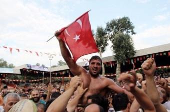 Edirne`de 655'inci Tarihi Kırkpınar Er Meydanı'nda final güreşinde Mehmet Yeşil Yeşil'i yenen Recep Kara 2016 yılında altın kemerin sahibi oldu.  Fotoğraf : Tamer Yavuz