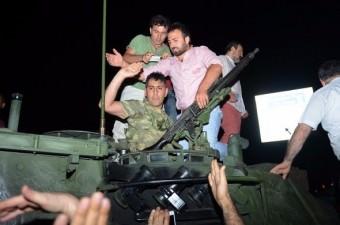 Fetullahçı Terör Örgütü`nün (FETÖ) 15 Temmuz darbe girişimi gecesi tanklarla Atatürk Havalimanı'na giriş yaptı. Tankın üzerine çıkan vatandaşlar darbeci askerlerin ellerindeki silahları alarak darbeyi engelledi.  Fotoğraf: İsmail Coşkun