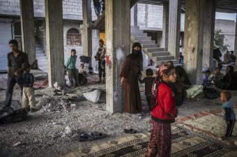 Terör örgütü PKK'nın Suriye'deki uzantısı PYD/YPG'nin kontrolünde bulunan Münbiç'te uygulanan zulümden kaçan çoğunluğu kadın ve çocuk 400 kişi, Özgür Suriye Ordusu (ÖSO) kontrolündeki Cerablus'a sığındı.