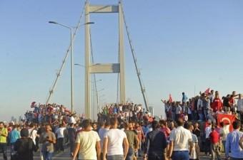 15 Temmuz darbe girişimi gecesi Boğaziçi Köprüsü'ndeki askerler sabaha karşı polise teslim oldu. Gece boyu darbeye direnen vatandaşlar, darbenin püskürtülmesiyle tankların üzerine çıkarak sevinç gösterisinde bulundu.  Fotoğraf: Murat Ergin