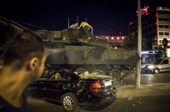 Ankara'da vatandaşlar, Fethullahçı Terör Örgütü'nün (FETÖ) darbe girişimine karşı tankların üstüne çıkarak tepki gösterdi.
