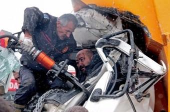 at kamyonunun kafa kafaya çarpışması sonucu 11 kişi yaralandı. Kazada kamyonun şoför mahalinde sıkışan sürücü, 2 saat süren çalışmalar sonucunda kurtarıldı.  Fotoğraf: Derya Yetim