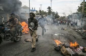 Haiti'nin Port-au-prince kentince binlerce kişi, seçimlerin ertelendiğinin açıklanması ardından sokaklarda gösteri düzenledi.