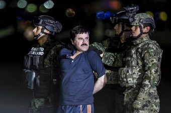 """Ülkenin en iyi korunan hapishanesinden firar eden """"El Chapo"""" lakaplı uyuşturucu baronu Joaquin Guzman, yakalanarak Meksiko'daki El Altiplano hapishanesine götürüldü."""