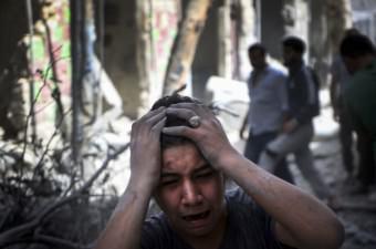 Suriye ordusuna ait bir savaş uçağı, Halep'te muhaliflerin kontrolündeki Meşhed semtine hava saldırısı düzenledi. Saldırıdan etkilenen bir Suriyeli, üzüntü yaşadı.