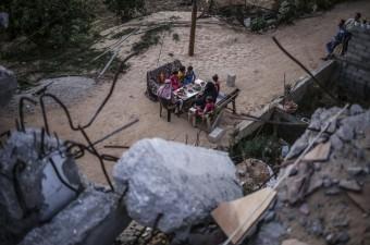 Gazze'nin Han Yunus kentinde yaşayan Filistinli Atıf El Kura ve ailesi, 2014 yılında İsrail'in Gazze'ye düzenlediği saldırılarda yıkılan evinin enkazı arasında oruçlarını açtı.