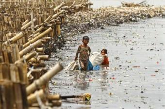 2010 verilerine göre, Denize kıyısı olan 192 ülkeden okyanuslara 8 milyon metrik ton plastik atık giriyor. Endonezya'nın başkenti Jakarta'da denize kıyısı bulunan sahil köyünde, çocuklar dalgaların kıyıya sürüklediği plastik çöp ve atıkları topluyor.