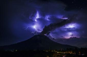 2010 yılında tekrar aktif hale gelen Endonezya'nın Sumatra Adası'nda bulunan Sinabung Yanardağı volkanik aktivitesine devam etti. Sinabung Yanardağı'nda gerçekleşen patlamalar sırasında oluşan bulutlarda çakan şimşekler, Kuzey Sumatra'nın Karo şehrine bağlı Tiga Pancur köyünden görüldü.