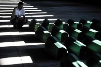 Srebrenitsa soykırımında hayatını kaybeden 127 kurbanın cenazeleri savaş esnasında Birleşmiş Milletler (BM) bünyesinde görev yapan Hollandalı askerlerin üs olarak kullandığı Potoçari eski akümülatör fabrikasından mezarlığa taşındı. Kurban yakınları, cenazelerin taşınması sırasında ve mezarlığa getirilişinin ardından duygusal anlar yaşadı.