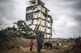 Gazze'de etkili olan yağmur hayatı olumsuz etkiledi. İsrail'in Gazze şeridine yönelik son saldırıları sonucu evleri yıkılan Beyt Lahya'daki Filistinliler, yağmura hazırlıksız yakalandı.