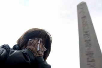 12 Ocak'ta Sultanahmet Meydanı`nda gerçekleşen terör saldırısında, 13 Alman turist hayatını kaybetti. Saldırının gerçekleştiği Dikilitaş'a gelen bazı turistler gözyaşlarını tutamadı.  Fotoğraf: İsmail Coşkun