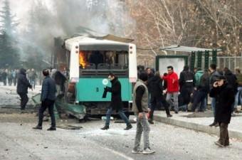 Kayseri'de, çarşı iznine çıkan askerlerin içinde bulunduğu özel halk otobüsünün Erciyes Üniversitesi önünden geçişi sırasında patlama meydana geldi.  Fotoğraf: Turan Bulut