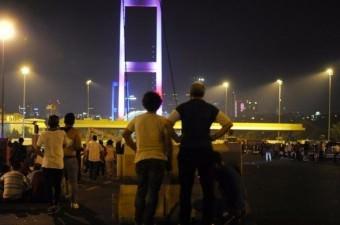 Fetullahçı Terör Örgütü`nün (FETÖ) 15 Temmuz darbe girişimine karşı vatandaşlar, eski adıyla Boğaz Köprüsü şimdiki adıyla 15 Temmuz Şehitler Köprüsü'ne gelerek darbeyi engelledi.  Fotoğraf: Murat Ergin