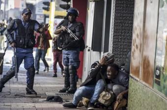 Güney Afrika'nın Johannesburg kentindeki üniversite öğrencileri, Güney Afrika Yüksek Öğrenim Bakanı Blade Nzimande'nin yeni zam planını açıklamasının ardından protesto gösterisi yaptı. Johannesburg kent merkezindeki caddelerde gösteri düzenleyen öğrencilerle güvenlik güçleri arasında çatışma yaşandı. Çatışmanın ortasında kalan bazı öğrenciler, kendilerini korumaya çalıştı.