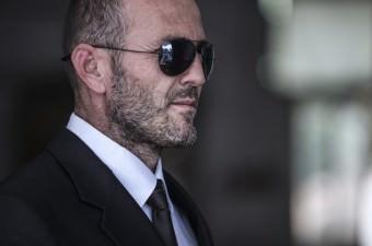 """Antalya'da otomobil motoru tamirciliği yapan İsmail Yıldırım, dünyaca ünlü Hollywood yıldızı Jason Statham'a benzerliğiyle dikkati çekiyor. Çevresindekilerin """"Yerli Jason"""" diye seslendiği Yıldırım'ın hayalini oyunculuk süslüyor."""