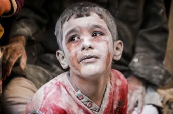 Suriye'de Rus ordusuna ait savaş uçakları, Halep'te muhaliflerin kontrolündeki Firdevs semtinde bulunan yerleşim yerine hava saldırısı düzenledi. Saldırıdan etkilenen Suriyeli bir çocuk, gözyaşlarını tutamadı.