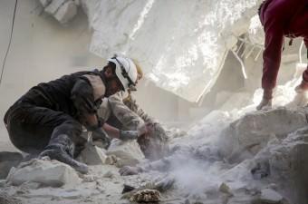 Suriye'de kısmi ve geçici ateşkes niteliğindeki anlaşmayı ihlal eden Rus savaş uçakları, Halep'te muhaliflerin kontrolündeki Salihiyin semtine saldırı düzenledi. Yerleşim yerlerinin isabet aldığı saldırıda yaralananlar, enkaza dönen binadan sivil savunma ekiplerince kurtarıldı.