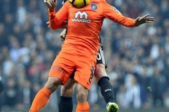 Beşiktaş ile Medipol Başakşehir arasında oynanan zorlu maçta Marcelo Guedes ve Mossoró hava toplarında sık sık karşılaştı.  Fotoğraf: Mehmet Şirin Topaloğlu