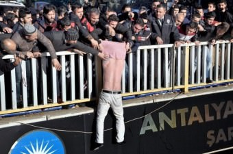 Antalya'da 52 bin TL borcu olduğunu iddia eden adam, üst geçide çıkarak intihar girişiminde bulundu. Adamın dalgınlığından faydalanan vatandaşlar, polis ekiplerinin yardımı ile adamın kolundan yakalayarak yukarı çekti.  Fotoğraf: Ertuğrul Gün
