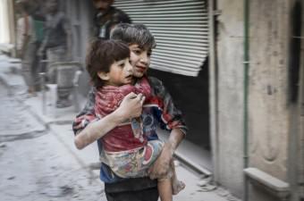 Rus ordusuna ait savaş uçağı, Halep'te muhaliflerin denetimindeki Salihiyin semtinde yerleşim yerini bombaladı. Saldırıdan etkilenen bir çocuk, kucağında taşıdığı kardeşiyle birlikte bölgeden uzaklaştı.